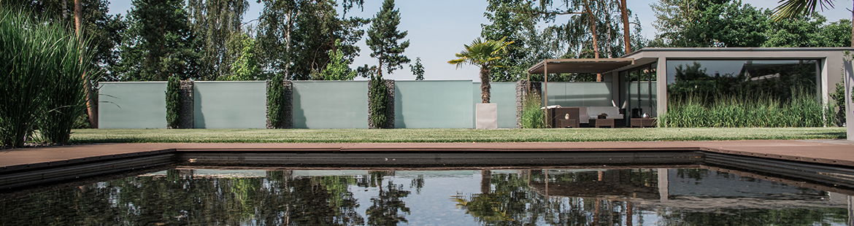 Puristisch-Modern-Glaswaende-Gartenplanung-Wellness-Pool